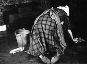 Knäskurning var vanligt före dammsugarens genombrott. Städningen och synen på renlighet har förändrats över tid – men arbetet har alltid varit kvinnogöra, och alltid haft låg status. Foto: TT