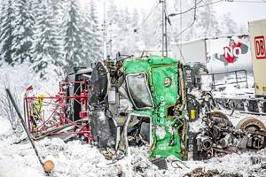 Loket demolerades fullständigt i krocken. Lokföraren hann ta sig ut, men blev allvarligt skadad vid fallet. Foto: Niklas Hagman