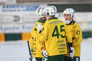 Jonas Pettersson (till höger) kan vara på väg mot sin tredje raka seger i den allsvenska skytteligan.
