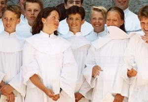 Gruppfoto av prins Carl Philip och hans konfimationskamrater efter konfirmationen den 9 juli 1994.Foto: Tobias Röstlund/TT