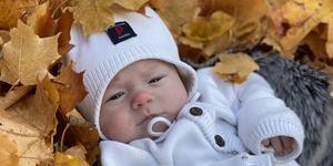 Justin sju veckor gammal fick agera modell på fotot som blev månadens bild i oktober. Foto: Ida Norgren.