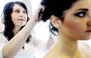 Läraren Mia Persson kontrollerar att hårnålarna sitter som de ska.