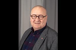 Hans Backlund (S), ordförande i Nämnden för hållbar utveckling i Region Västernorrland menar att de som har behov av sjukresor också ska få det.