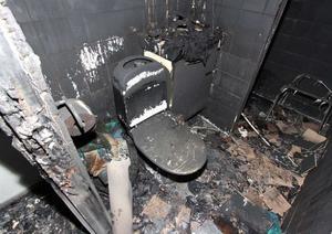 Toaletten totalförstördes av lågorna. Foto: Polisen