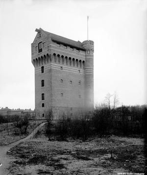 I ensamt majestät låg 1919 vattentornet vid Centralverkstäderna längs Grev Rosengatan vid nuvarande USÖ-området.  Foto: Örebro stadsarkiv