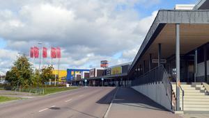 Butikerna närmast Ikea väljer att behålla öppettiderna, det vill säga till klockan 20 på vardagar.