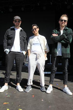Melanie Webhe med sina bandmedlemmar Carl Larsson och Olov Nordström.