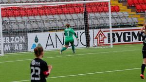 Östersund målvakt kan bara se på när Linnéa Jensen gör 1-0 i öppen kasse.
