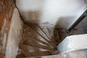 Ingen av de vi pratat med på Mimer vet vad källaren använts till. Det är här nere vi hittar bevis på att någon eller några varit i huset under tiden det stått tomt.