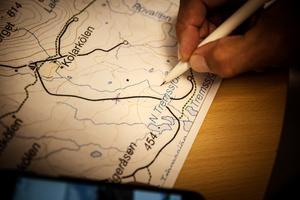 Stefan ringar in och visar på en karta vart det brann när han anlände till skogsbranden på söndagen.
