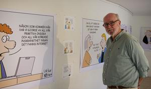 Ulf Ivar Nilsson har gjort satir och politisk humor i 52 år. Nu hänger några av hans verk i Söderhamn.