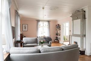 Vardagsrum med kakelugn. Foto: Utsikten Foto