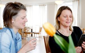 Fabienne Theiler och Åsa Lind-Chong diskuterar under lunchen på Foodhack 63.