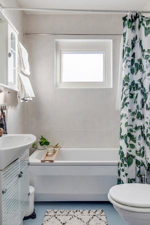 Enligt mäklarbeskrivningen rustades badrummet 1995 med plastmatta på golv och väggar. Foto: Fastighetsbyrån.