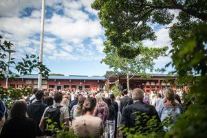 Många nära och kära hade samlats för att fira in sommarlovet med eleverna.