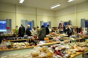 Slöjdare från hela länet, och även utanför, har lämnat in sina alster till Maj-Britt Östlin och Elisabeth Amrén. De säljer det sedan vidare på sin årliga julmarknad i Ammer.