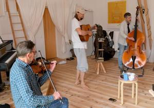 Musik och kaffe är det centrala i Gustaf Noréns studio.