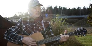 Amerikanska countrysångaren Doug Seegers, som har Norrtälje som fast punkt när han befinner sig i Sverige, beger sig i november ut på sin årliga julturné.