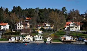 Simsalabim så är fastighetsskatten tillbaka och till med pensionärer, som sitter i en stuga, får inse att deras utsikt alls inte är oskattbar, skriver Mikael Strandman och Ingmar Ögren. Foto: Hasse Holmberg, TT.