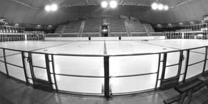 Juli 1985. En ny ishockeysäsong ska börja och i Östersund har man spolat upp isen i Z-kupolen. Arenan invigdes i februari 1975 och blev då länets första ishall. Här ser vi en vy över hallen från den lilla läktaren. Z-kupolen hade en publikkapacitet på cirka 3 500 åskådare. Läktare på båda långsidorna och löparbanor runt om. Dessutom tre squashhallar. Massmediabåset var inrymt högst upp, i den glasade utrymmet ovanför den lilla läktaren. Historien om Z-kupolen tog dock tvärt slut i april 1989, efter cirka 14 år. En plötslig eldsvåda lade hallen i ruiner och länshockeyn tappade många år av utveckling. Foto: Olof Sjödin