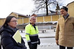 Lola Ängnord, Hans Gyllow och  Leif Forslund berättar om vad som gäller i korsningen vid den nya  hållplatsen på Bankgränd.