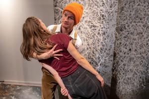 Dans och rörelse visar sinnesstämningar och en hel del humor. Här mimar Jens W Nilsson ett husbygge med Elin Kristoffersson som stock. Bild: Fredrik Näslund
