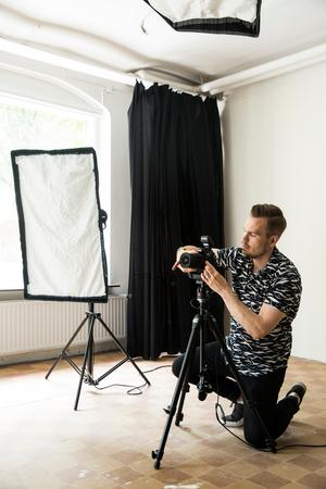 Andreas har egen studio i Örebro. Med en sitt fotograferande kombinerat med avancerad bearbetning i Photoshop skapar han  sina historier.