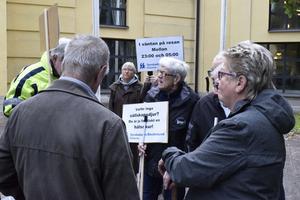 I september protesterade Synskadades riksförbund och Funktionsrätt Dalarna mot förslaget att förändra färdtjänstreglerna. Under tisdagen klubbades den nya policyn av regionfullmäktige
