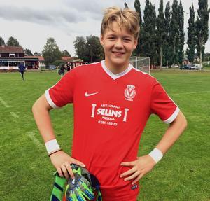 Leon Nael blev rekordung A-lagsmålvakt i Vansbro AIK i helgen då han blott 14 år och knappt sju månader gammal bidrog till lagets seger mot Ludvika.