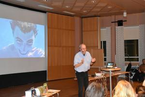Under föreläsningen visade han upp mängder med bilder på sina pojkar i olika skeden av livet.