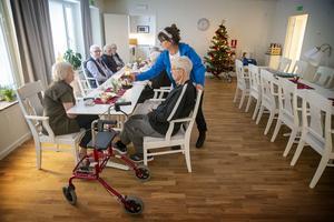 Trivselvärden Ewy Sillström serverar kaffe i samlingslokalen på trygghetsboendet Stallmästaren.