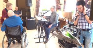 Rullstolsdans blev populärt. Här har Anna Sandström Carlsson bjudet upp en herre i rullstol. Foto: Kjell Larsson