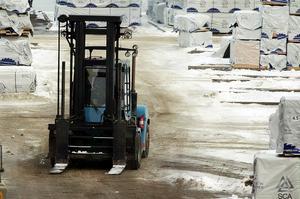 Spårbundna eldrivna transporter mellan skogsindustrins fabriker och utskeppningshamnar skulle kunna minska på utsläppen av hälsofarliga kväveoxider från transporterna. Arkivfoto