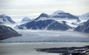 Glaciär i Kings Bay på Svalbard. Sextio procent av ögruppen täcks av glaciärer. Alla har markant minskat i storlek de senaste tjugo åren till följd av den globala uppvärmningen. Foto: Fredrik Sandberg / Scanpix.