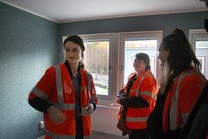 Mathilda Hedlund, Annicka Rönnbäck och Frida Rönnbäck i föräldrarnas sovrum, där pappa Mats ville ha mörka tapeter.