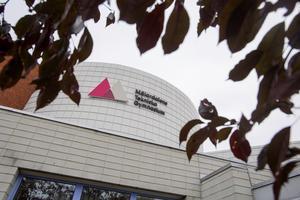 Gymnasieskolan ligger på Scanias område vid Nyköpingsvägen.