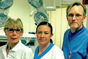 Foto: Privat Ann-Gerd Bergström, verksamhetsutvecklare på kirurgkliniken, Tina Gustafsson,  specialistsjuksköterska kirurgi och enhetschef avdelning 8 samt Per Videhult överläkare och sektionschef kirurgkliniken.
