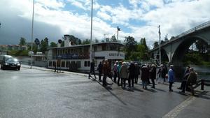 Förväntansfulla medlemmar på väg ombord på M/S Gustaf Wasa. Foto: Läsarbild