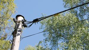 De gamla telefonledningarna tas ned och kors och tvärs kring Norrtälje grävs fiberledningar ned.
