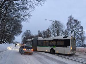 En buss från Din tur fastnade strax nedanför på olycksplatsen.