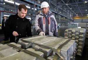 Rysslands tidigare president Dmitry Medvedev tillsammans med Oleg Deripaska. Bilden är tagen under deras möte i Sayanogorsk i Sibirien 2011. Bild: AP