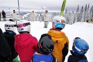 Eldkonster på backens topp levererades av eleverna på Vinterakrobatikutbildningen.