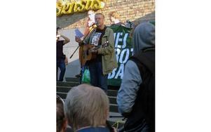 """På Medborgarplatsen sjöng Mikael Wiehe """"Vem kan man lita på"""". Foto:"""