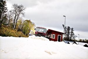 Pistmaskinen packar snön som snart är färdig att åka skidor på.