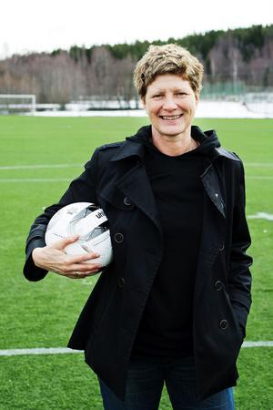 Elisabeth Leidinge med bollen i tryggt förvar.