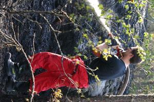Martin Ingemarsson från Sorunda deltidsbrandkår lägger sista handen vid arbetet med släckningen av skogsbranden vid Hålsjön i onsdags. Vid 17-tiden var branden i stort sett släckt. Foto: Solveig S Thörnblom
