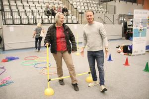 Marcus Edin, projektledare för rörelsesatsning i skolan, väntade på Britt-Marie Mårtensson vid hinderbanans målgång.