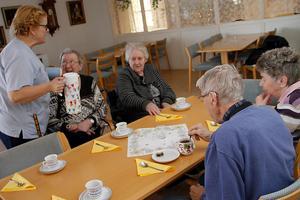 Helen Berg serverade kaffet vid bordet hos Maj-Britt Danielsson, Gunnel Magnusson, Ulla Gustafsson och Bård Molarin.