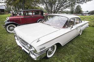 En gammal A-Ford och en Chevrolet Impala från 1960