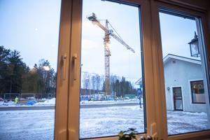 Utanför fönstret pågår Mitthems lägenhetsbygge för fullt.